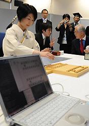 Симидзу, играя чёрными, в соответствии с правилами японских шахмат сделала первый ход (фото Mainichi Daily News).