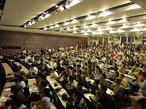Чтобы посмотреть на игру, в Токийский университет пришли около тысячи человек (фото с сайта ipsj.or.jp).